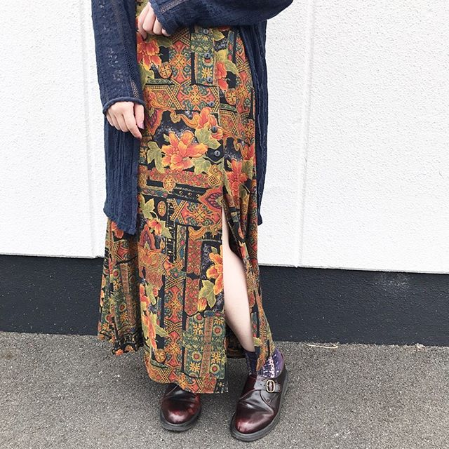 レトロ花柄スカートのコーデ