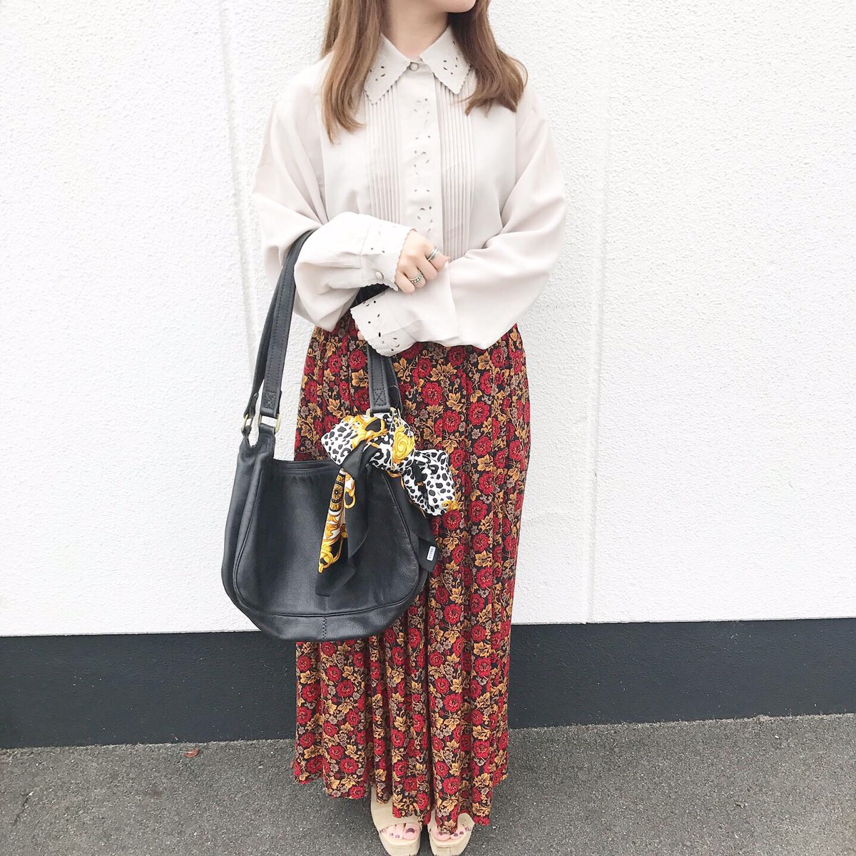 ピンタックシャツと花柄スカートで秋先取りコーデ