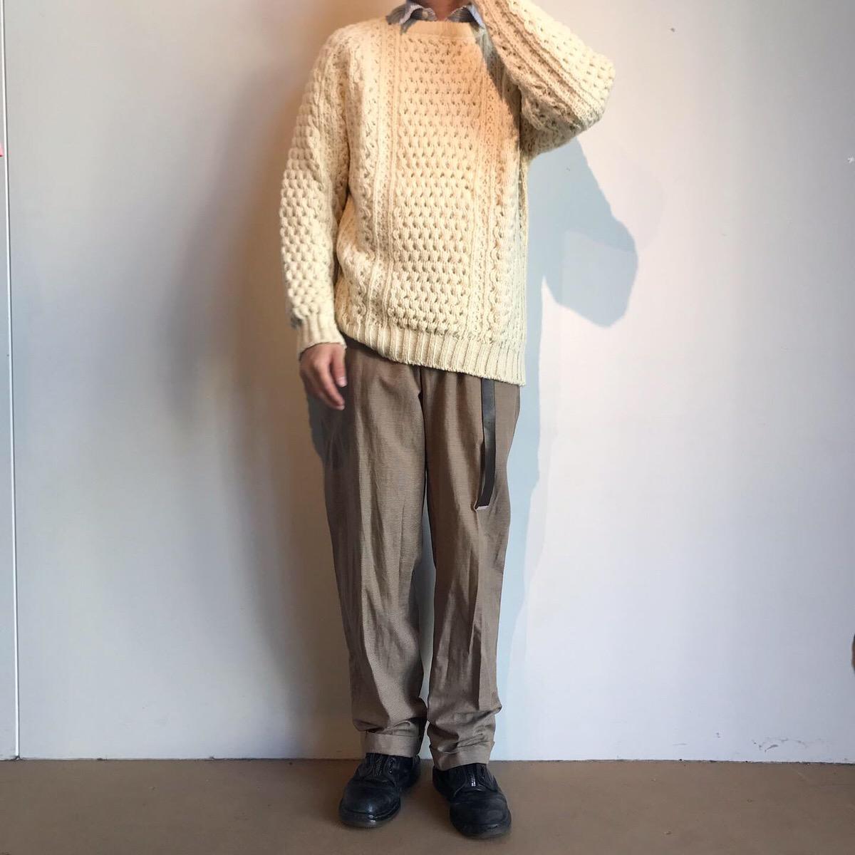 ウールのセーターで暖かく好印象なコーデ