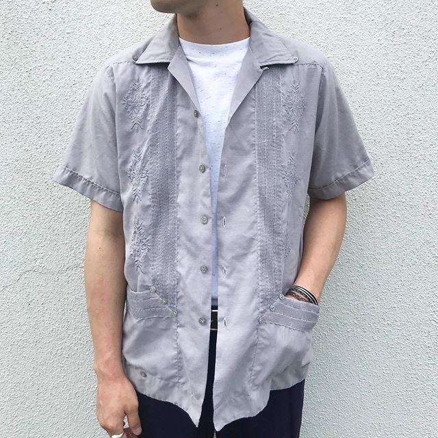 シンプルTシャツに刺繍の入ったオープンカラーシャツを合わせたきれいめコーデ