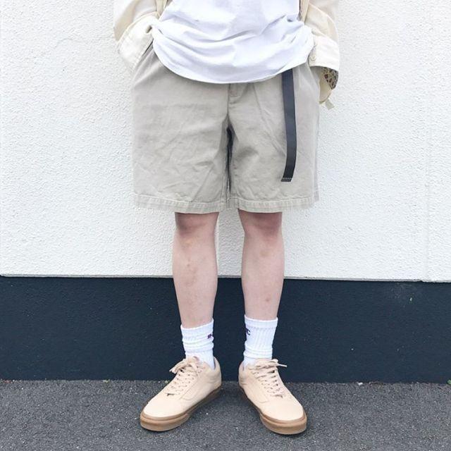白シャツに薄黄色の長袖シャツを合わせた全身コーデ
