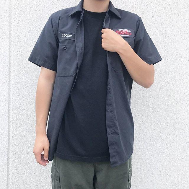 黒のTシャツにミリタリーシャツを合わせた無骨なコーディネート