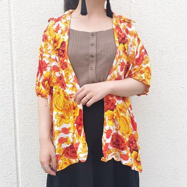 サマーニットにオレンジ系アロハシャツで元気女子コーデ