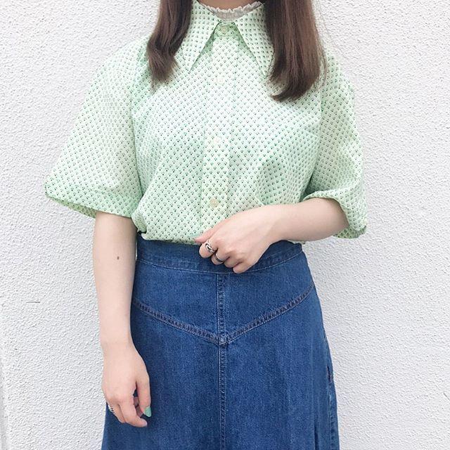 レトロな小柄シャツとシンプルなデニムスカートで上品なカジュアルコーデ