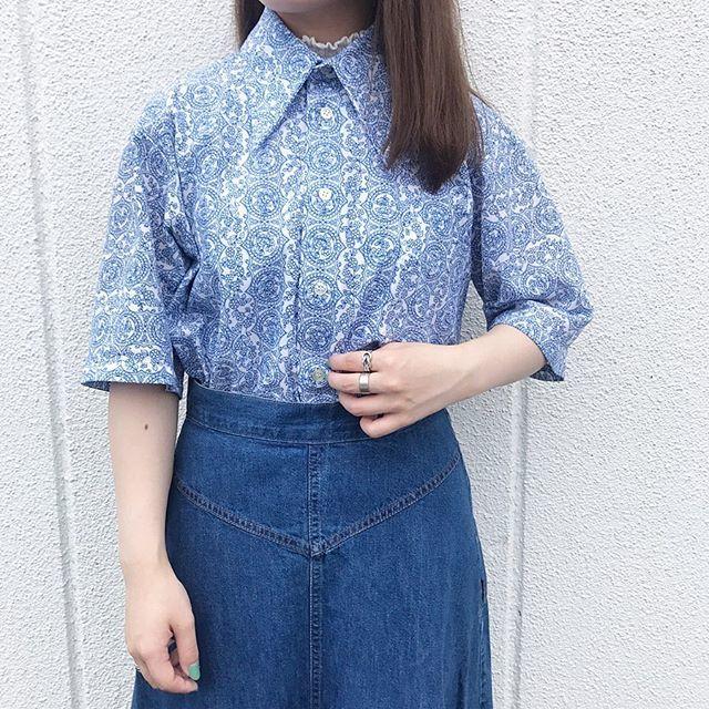 ブルー系のペイズリー柄シャツをデニムスカートに合わせたまとまりあるコーディネート