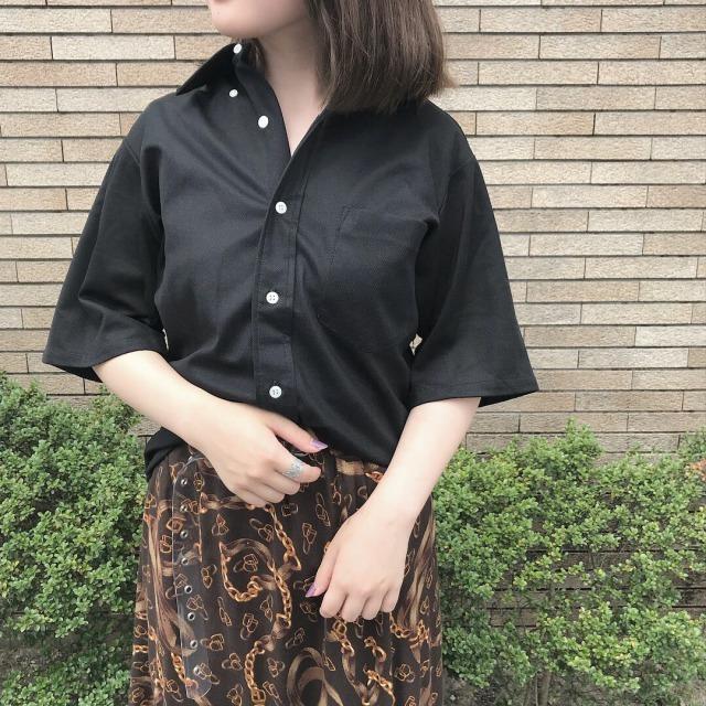 レトロな柄スカートに合わせた黒シャツコーデ