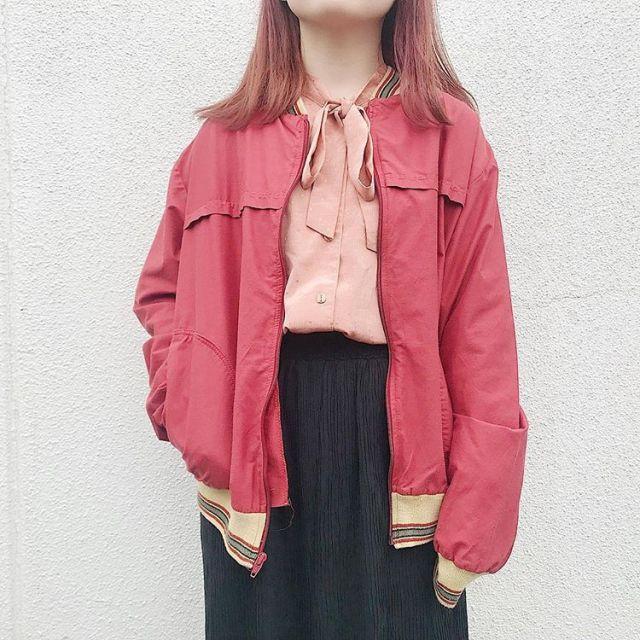 ピンクのナイロンジャケットコーデ