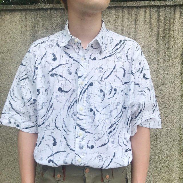 モノトーンの柄シャツ