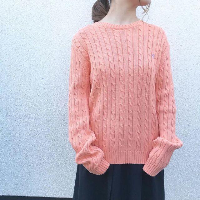 ピンクのセーターコーデ 秋