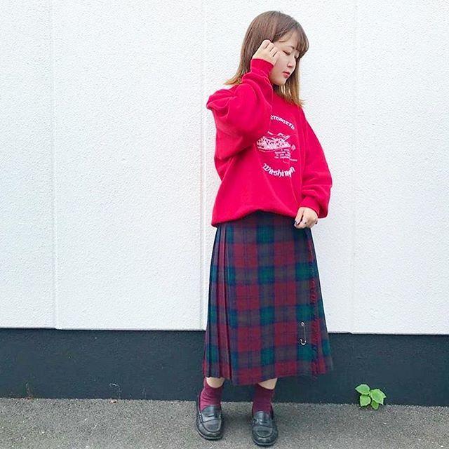 秋の古着コーデ 赤スウェットとチェックスカート