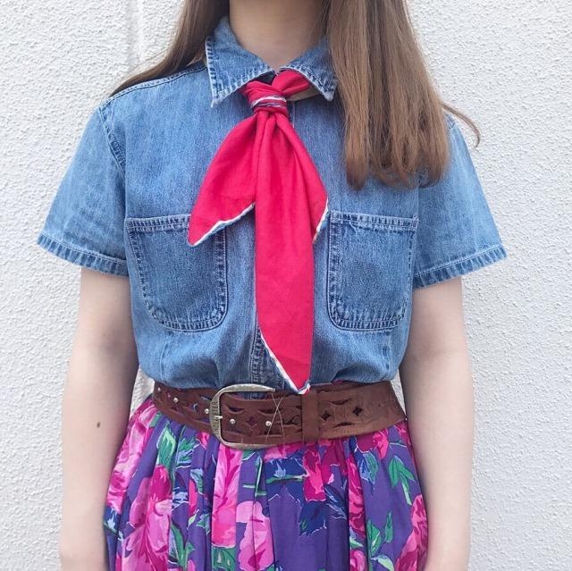 レトロなスカートとデニムシャツのコーデ 古着