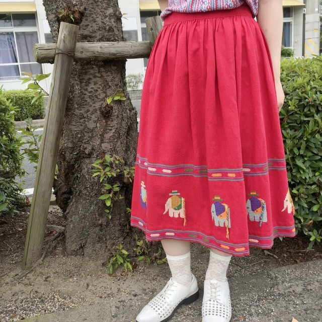 レトロな赤の古着スカート
