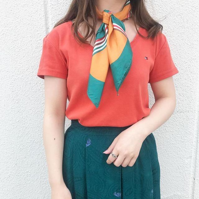 レトロなスカートとオレンジシャツのビビッドカラーコーデ
