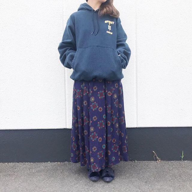 レトロなロングスカートとスウェットのコーデ