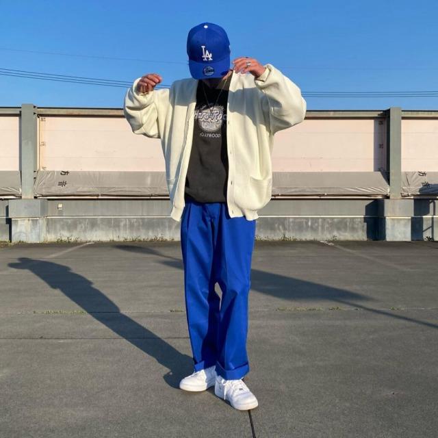 メンズ古着ストリートコーデ 青のカラーパンツ