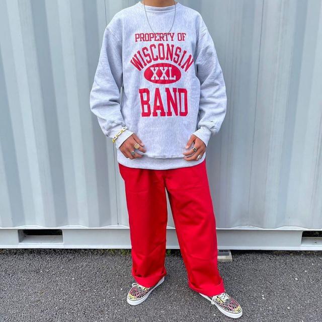 メンズ古着ストリートコーデ 赤いカラーパンツ